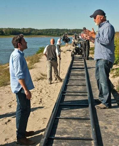 Fincher da instrucciones a Affleck en el set de rodaje