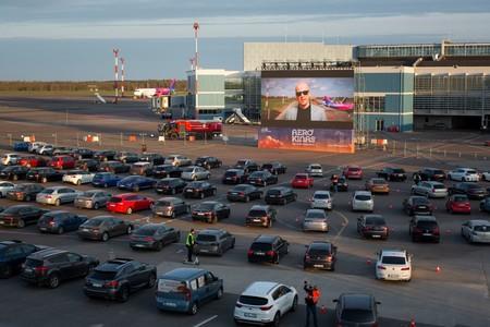 Raves y aeropuertos convertidos en autocines: el coche cobra protagonismo en el ocio durante la pandemia