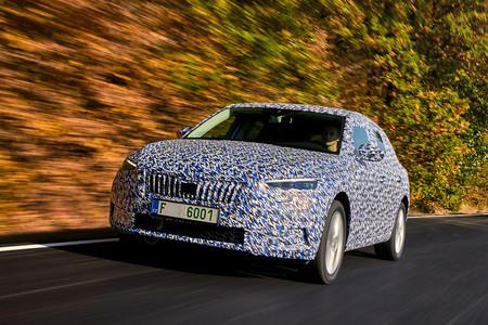 El Škoda Scala estrenará diseño y tecnología a mediados de 2019, aunque aún rueda camuflado