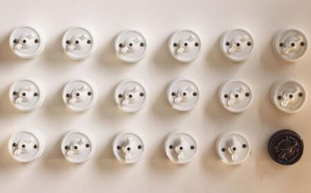En tiempos domóticos Zara Home nos sorprende con otra vuelta al pasado para recuperar los interruptores de cerámica más clásicos o vintage
