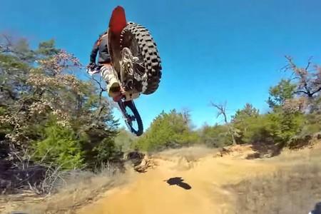 Este vídeo de un dron persiguiendo a un piloto de motocross por el bosque es lo mejor que vas a ver hoy
