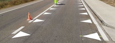"""The new road signs that are already being tested in Spain: """"dragon teeth"""" and """"broken edge lines"""""""