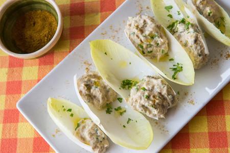 Barquitas de endivias con pasta de atún Isabel al curry