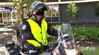 Policía de incógnito en moto multando conductores usando teléfonos móviles