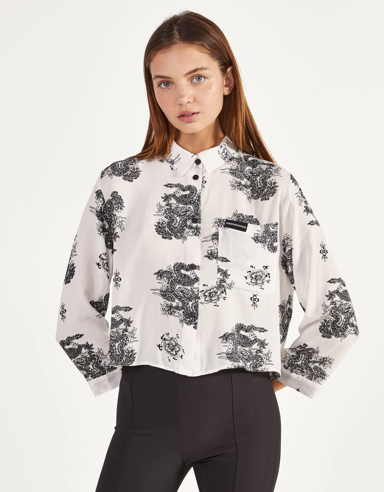 Camisa cropped con estampado de dragones chinos