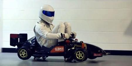 The Stig se cuela en Enstone para disfrutar de los juguetes de Lotus