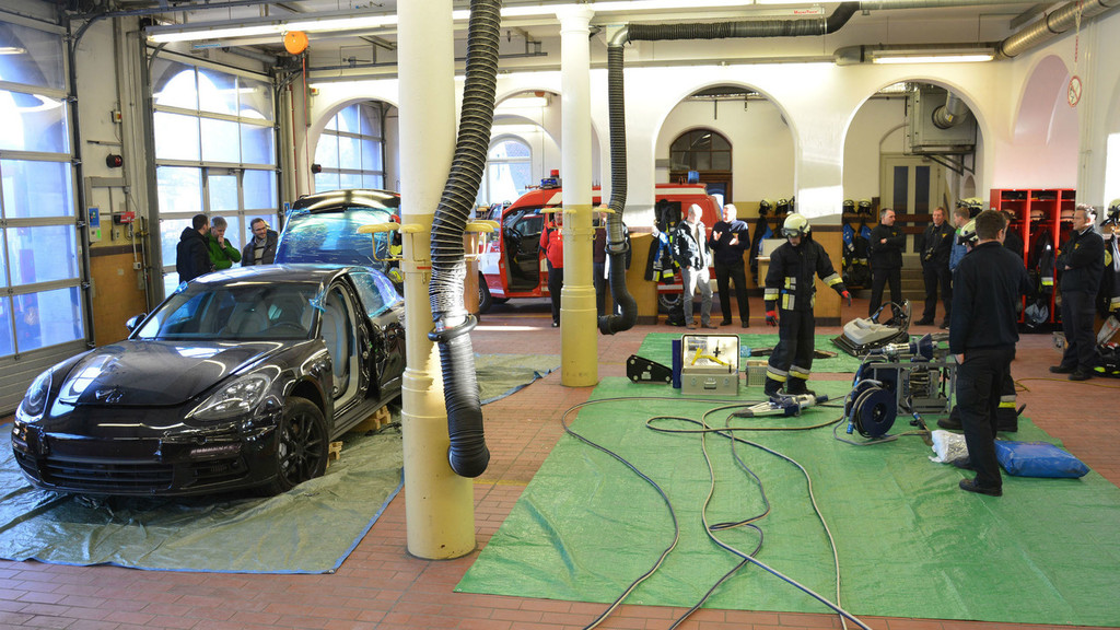 Ser cortado por los bomberos: el final de este Porsche Panamera de preproducción
