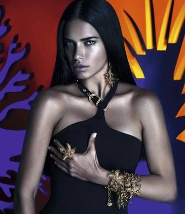 Versace for Riachuelo, una campaña interpretada por Adriana Lima al más puro estilo Valerio Lazarov