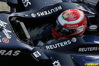Kazuki Nakajima por delante de los McLaren