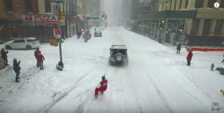 ¿Recorrer Nueva York haciendo snowboard? Mira cómo es posible si tienes un Jeep Wrangler y unas cadenas