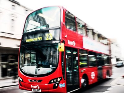 Desechos de café y diésel, la nueva gasolina que impulsará a los autobuses londinenses (o eso esperan)