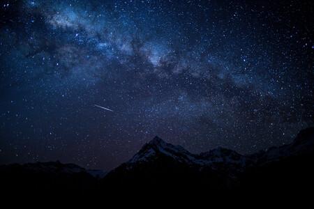Cómo disfrutar y fotografiar las Perseidas: la mayor (y más espectacular) lluvia de estrellas del año que este 2021 será especial