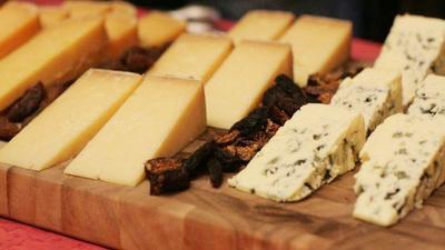 Hay un queso en mi mesa. Cómo cortarlo y servirlo