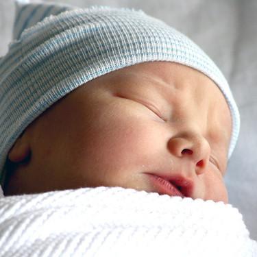 El padre no puede estar presente cuando el bebé es amamantado, y otras recomendaciones del cuidado del recién nacido hace 50 años