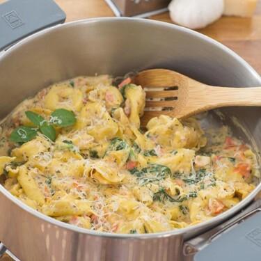 Tortellini con salsa de tomates y espinacas, receta fácil y rápida