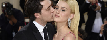 Nicola Peltz steps on the red carpet of the MET Gala 2021 with Brooklyn Beckham in a fuchsia dress by Valentino