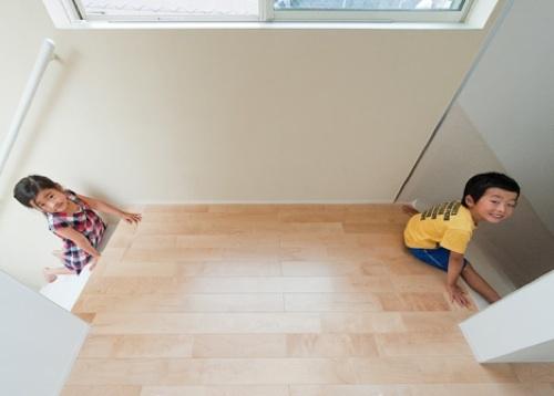 Puertas abiertas: una casa de tres alturas en Tokyo