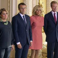 Ni por corto ni por poco adecuado, pero si por aburrimiento. ¿Podría usted cambiar algo su estilo señora Macron?