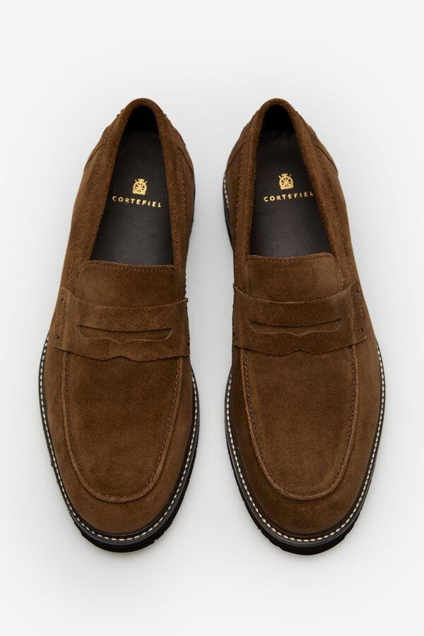 Zapato mocasín en serraje. Tiene suela de goma ligéra y super flexible, además la plantillas es extraible y anatómica con base de yute.
