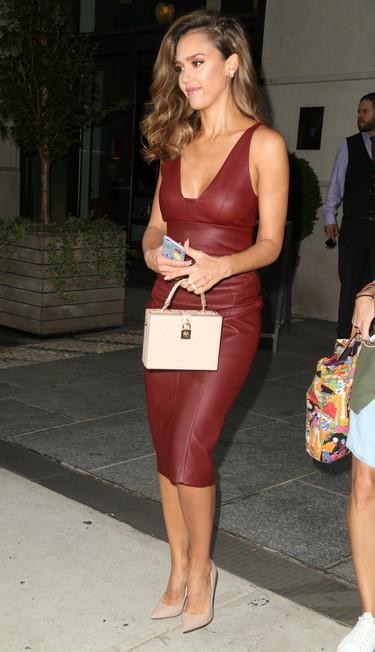 Jessica Alba se enfunda en un vestido de piel en pleno verano neoyorquino. ¿Cómo lo consigue?