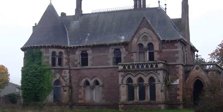 ¿Siempre has soñado con vivir en una casa así? Esta mansión gótica escocesa se subasta con un precio de salida de 1 euro