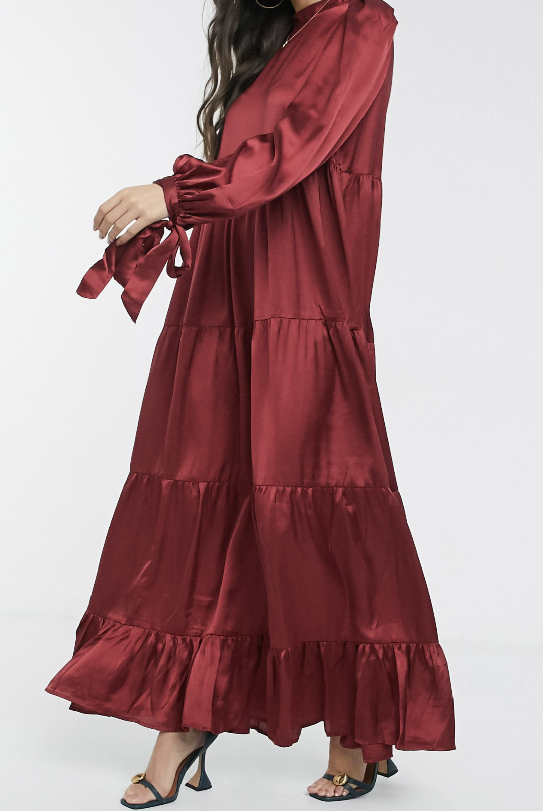 Vestido largo amplio rojo vino escalonado con lazos en las mangas de satén de ASOS DESIGN