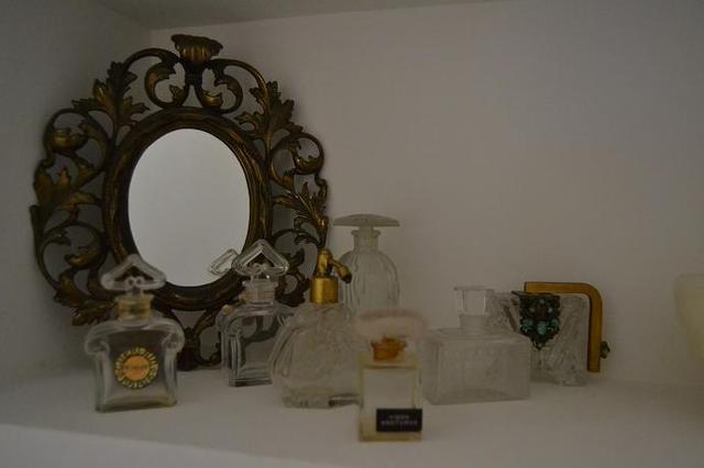 Composición de Patyclau con frascos de perfume