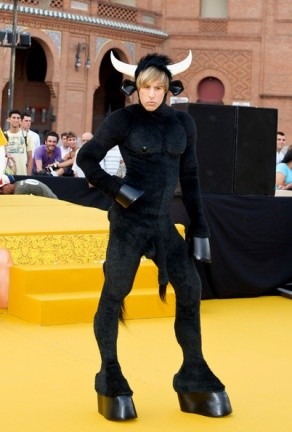 Sacha Baron Cohen aterriza en Madrid vestido de toro