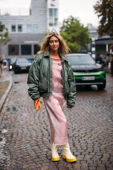 El street style nos inspira para combinar nuestro maxi vestido favorito durante la época de entretiempo (incluso en otoño)