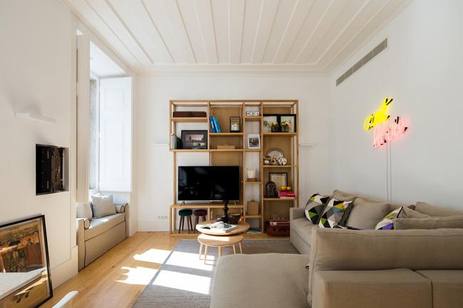 Color y luces de neón en un apartamento de 70 m2 en el centro de Lisboa