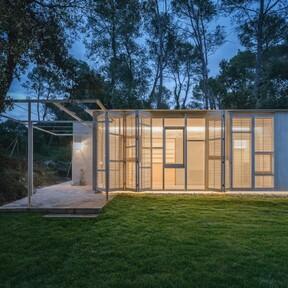 Una casa en el bosque que se adapta a su entorno natural, de manera sostenible y eco-eficiente