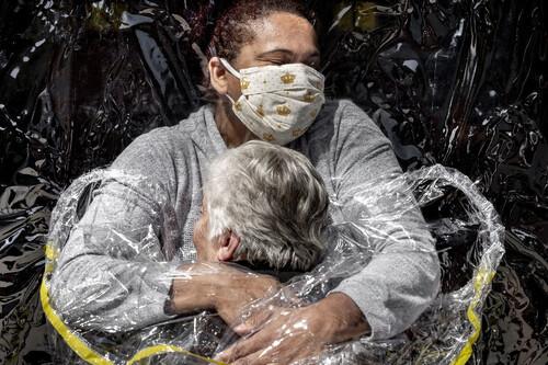 Este primer abrazo tras el confinamiento es la imagen periodística más impactante del año según el concurso World Press Photo 2021