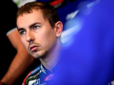 Jorge Lorenzo sufre un esguince de tobillo tras caerse en los libres de Sachsenring