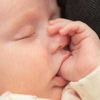 El lado positivo de chuparse el dedo y morderse las uñas: protege contra las alergias