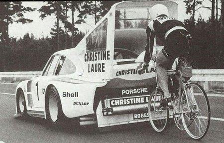 Un Porsche 935 y una bicicleta: juntos a más de 160 km/h