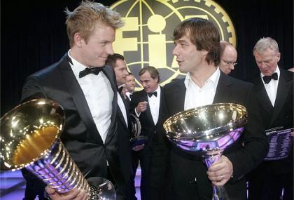 Kimi Raikkonen recibe su trofeo de Campeón del Mundo