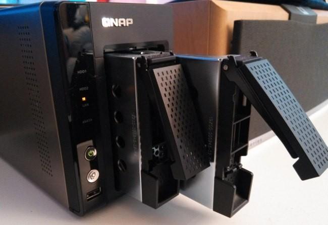 La instalación de los discos duros en las bahías no presenta ninguna dificultad