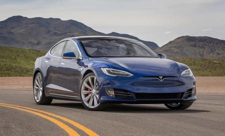 Engañan a un Tesla para que pase de 56 a 140 km/h automáticamente pegando un trozo de cinta a una señal