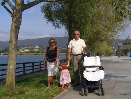 Los abuelos españoles son los que más tiempo dedican al cuidado de los nietos