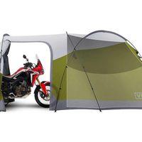 Mototurismo de aventura puro: Una tienda de campaña XXL con espacio para tres personas y una moto