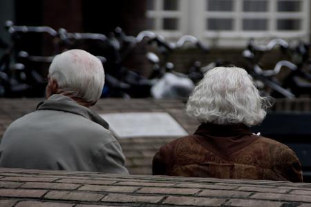 La brecha de género de la esperanza de vida: por qué las mujeres viven más y también sufren más