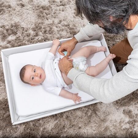 Bebés que duermen en una caja de cartón: así es Suvituuli, la caja-cuna de inspiración finlandesa creada por una pareja española
