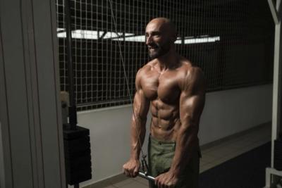 Cuatro ejercicios que no pueden faltar en tu rutina para trabajar los tríceps