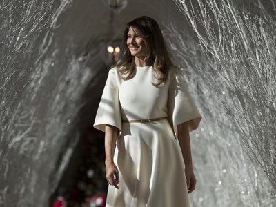 """Así es el precioso vestido de Dior con el que Melania Trump ha presentado los adornos navideños de la Casa Blanca como un """"ángel"""""""