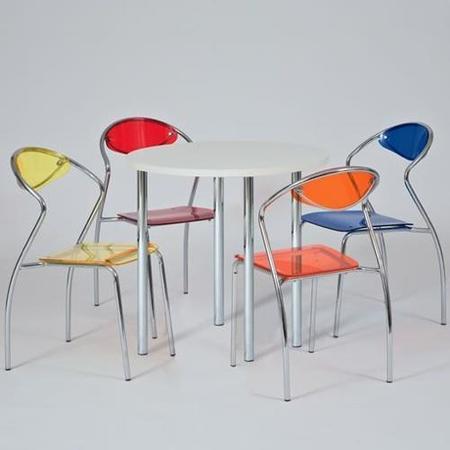 Un conjunto alegre de mesa y sillas para la cocina