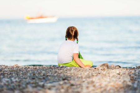 Salvan de morir ahogada en el mar a una niña mientras sus padres dormían: precauciones a tomar en la playa con niños