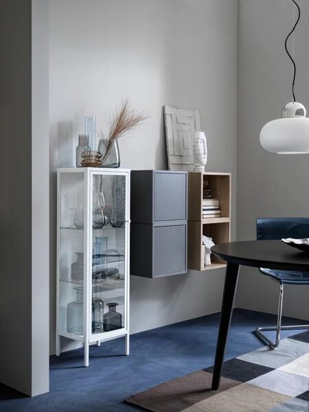 Una vitrina de rejilla, una panera de bambú o un jarrón regadera son algunas de novedades de Ikea