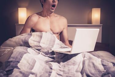 Ver porno, ¿mejor juntos o separados?