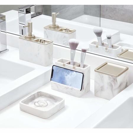 iDesign Dispensador de jabón rellenable, gran dosificador de baño de resina y metal con diseño de mármol, jabonera dosificadora para 295 ml de jabón líquido, blanco y plateado