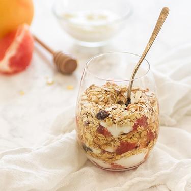 Crujiente con pomelo y yogur en vasito: receta para un buen desayuno
